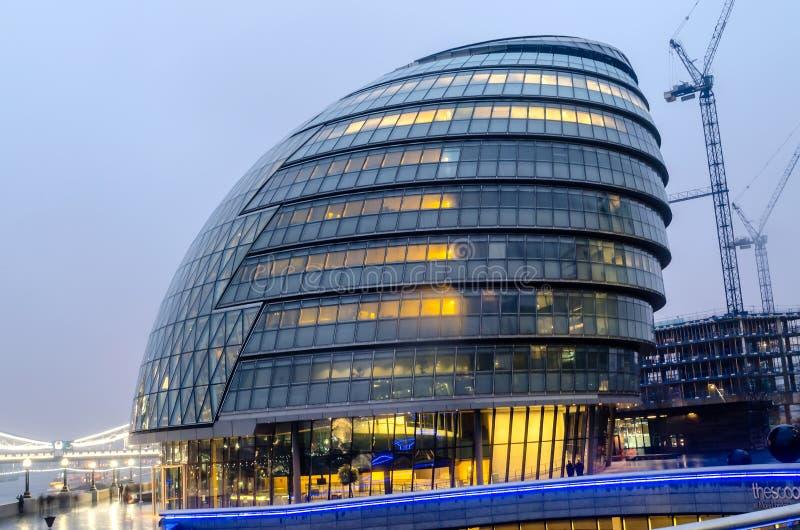 Здание муниципалитет Лондона на сумраке стоковая фотография