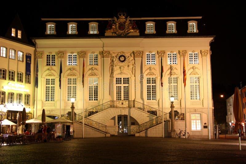 Здание муниципалитет на рыночном мести в Бонне (Германии) на стоковое фото rf