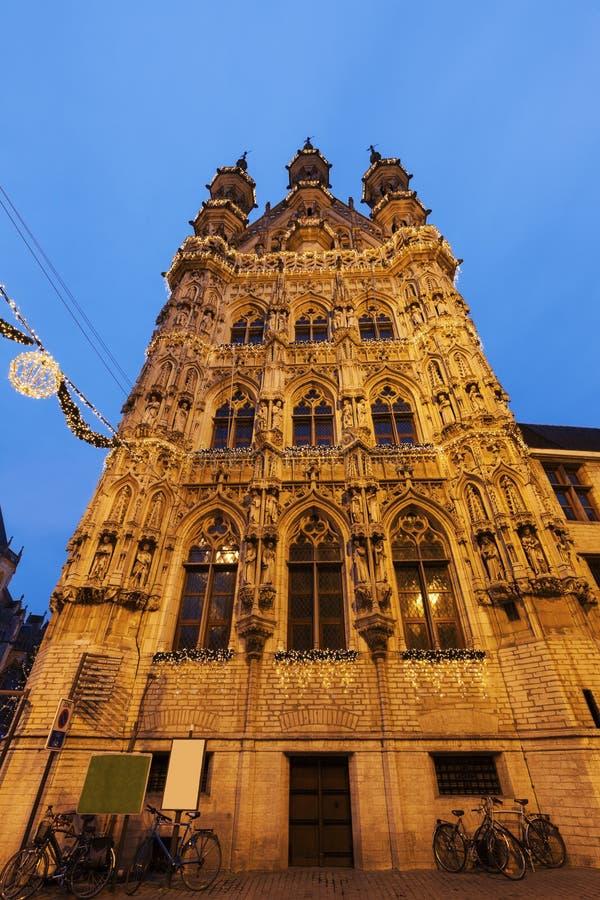 Здание муниципалитет лёвена на Grote Markt стоковая фотография rf