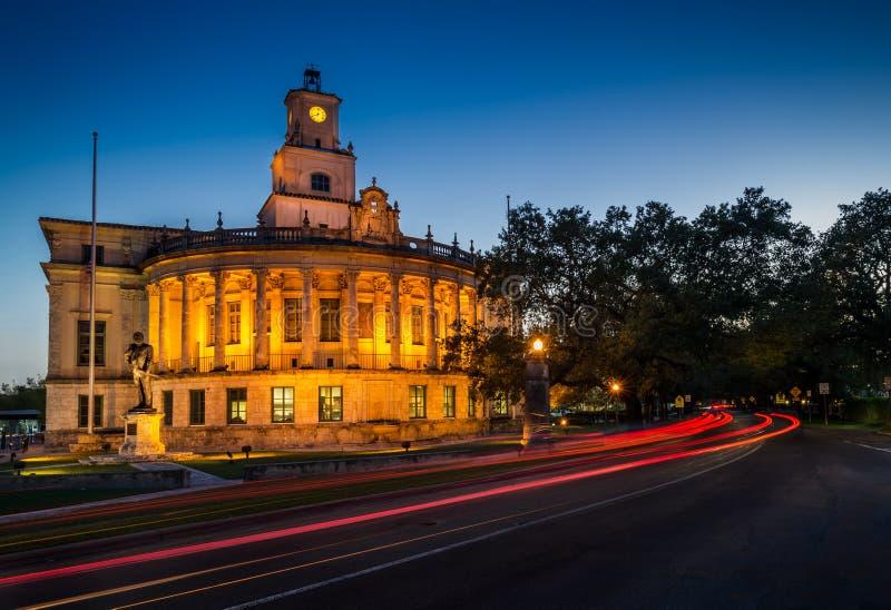 Здание муниципалитет Coral Gables на ноче стоковые изображения rf