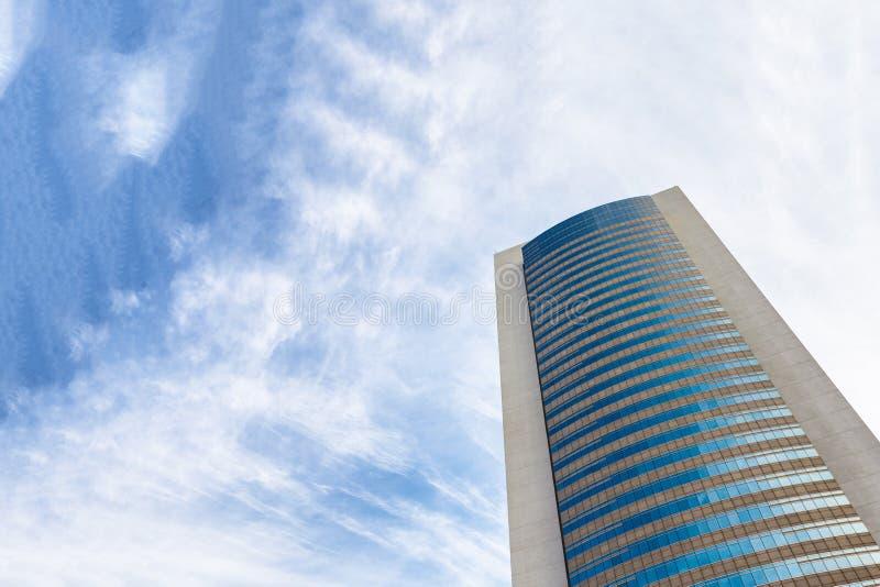Здание небоскреба против облачного неба стоковое фото rf