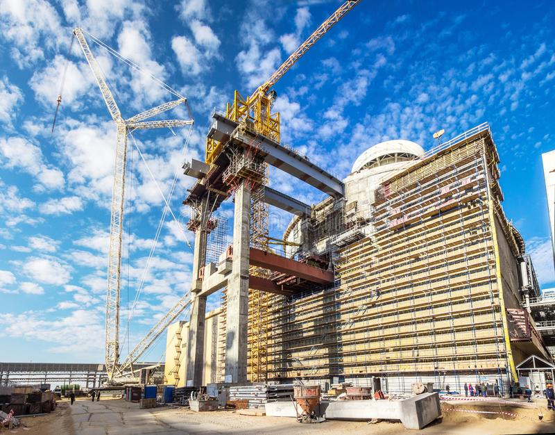 Здание новой атомной электростанции Кран работает стоковая фотография