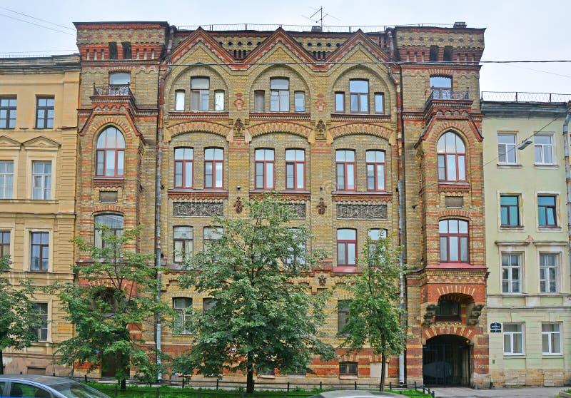 Здание дома Strauss с романскими и готическими поводами на острове Vasilyevsky в Санкт-Петербурге, России стоковые фотографии rf
