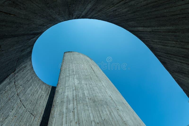 Здание от внутренности, нижний взгляд фабрики, взгляд неба стоковые фотографии rf