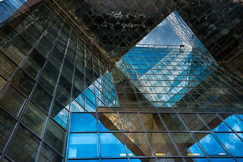 Здание офиса стеклянное в конспекте стоковое фото