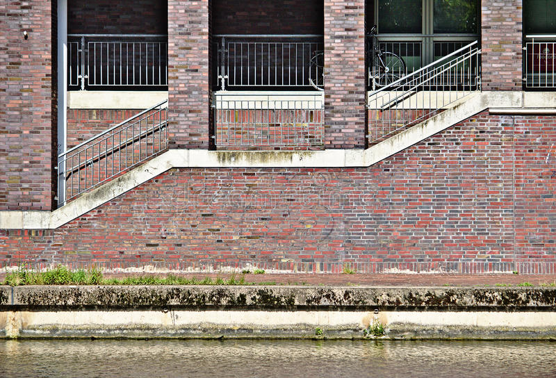 Здание портового района с штендерами тротуара, лестничных маршей, кирпичной стены и кирпича стоковые изображения