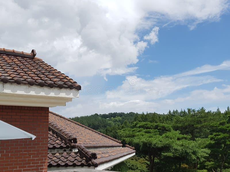Здание стиля Кореи с голубым небом стоковое изображение rf