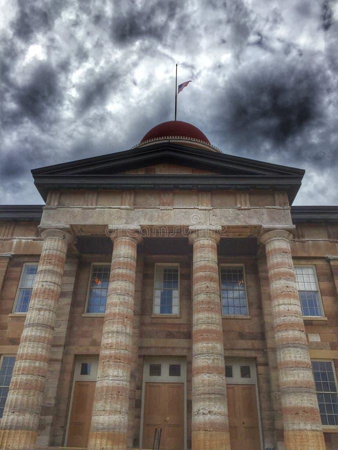 Здание суда Иллинойса под темными облаками стоковое изображение rf