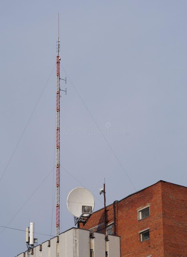 Здание с антеннами и спутниковой антенна-тарелкой стоковая фотография rf