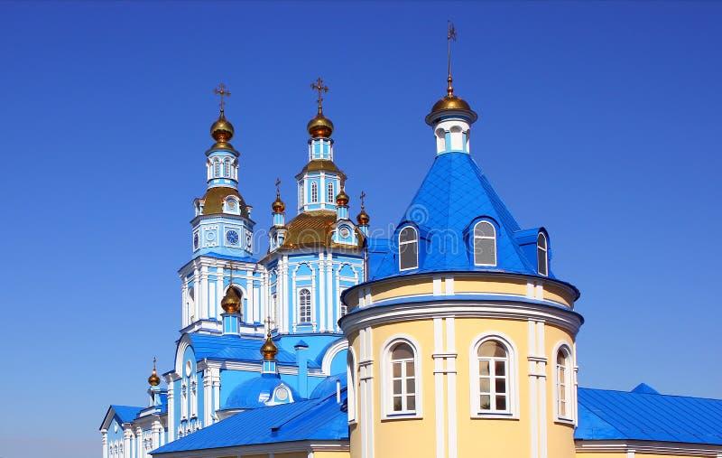 Здание церкви против голубого неба стоковая фотография