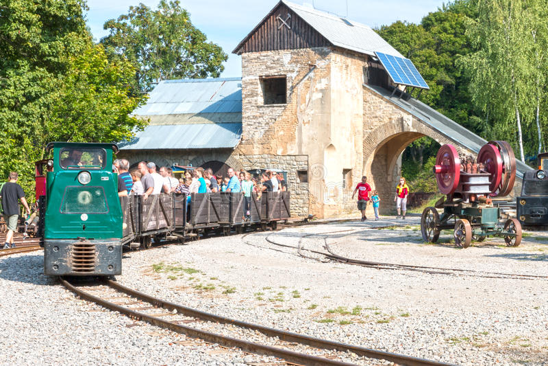 Здание шахты Muzeum старое с следами и поездом стоковое фото
