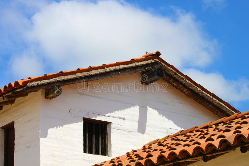 Здание Adobe с крышей плитки стоковое изображение rf