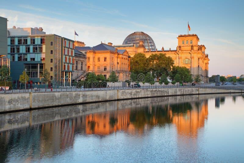 Здание Reichstag (Германский Бундестаг) с отражением в реке Spre стоковая фотография