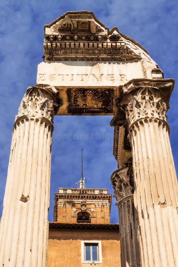 Здание Tabularium peeking через столбцы виска Vespasian и Titus, римского форума стоковые изображения rf