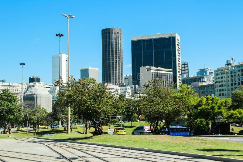 Здания и рельсы нового трамвая вызывают центр города ` ` VLT внутри Рио-де-Жанейро стоковое изображение rf