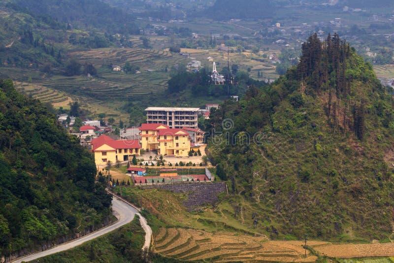 Здания между 3 горами, ба Quan, Ha Giang, Вьетнамом стоковая фотография rf