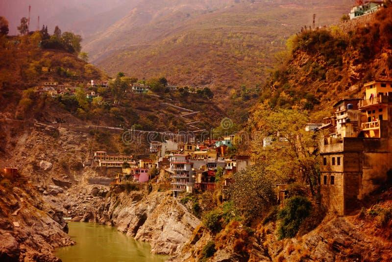 Здания на горном склоне на реке Ганге 03356 стоковая фотография