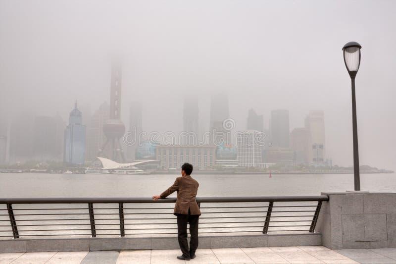 Здания на Lujiazui положены в кожух в тяжелый смог, Шанхай, Chin стоковое изображение rf