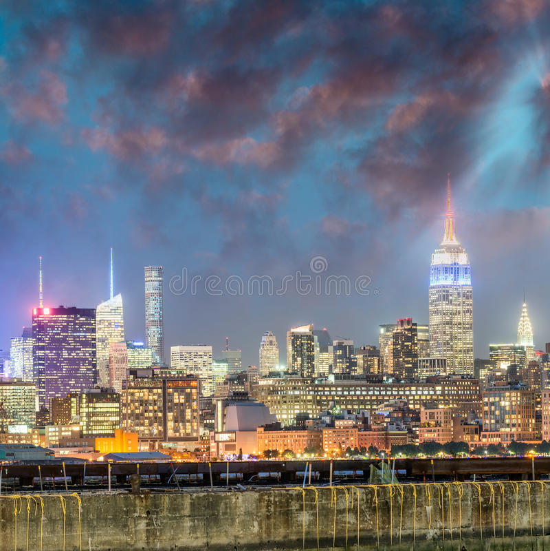 Здания Нью-Йорка на ноче стоковые фотографии rf