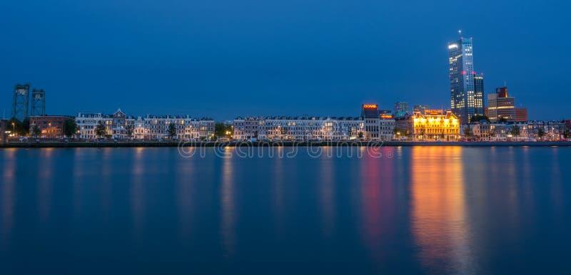 Здания рядом с мостом Erasmus в Роттердаме к ноча стоковые изображения rf