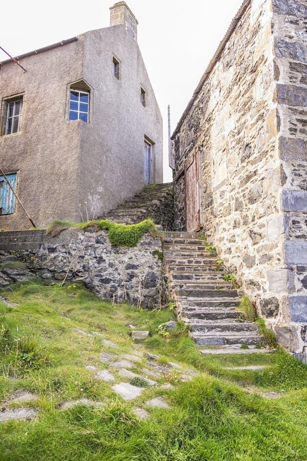 Здания шотландского рыбацкого поселка традиционные и каменное stairca стоковое изображение rf