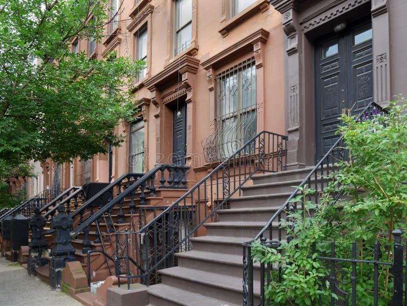 Здания brownstone Нью-Йорка стоковые изображения