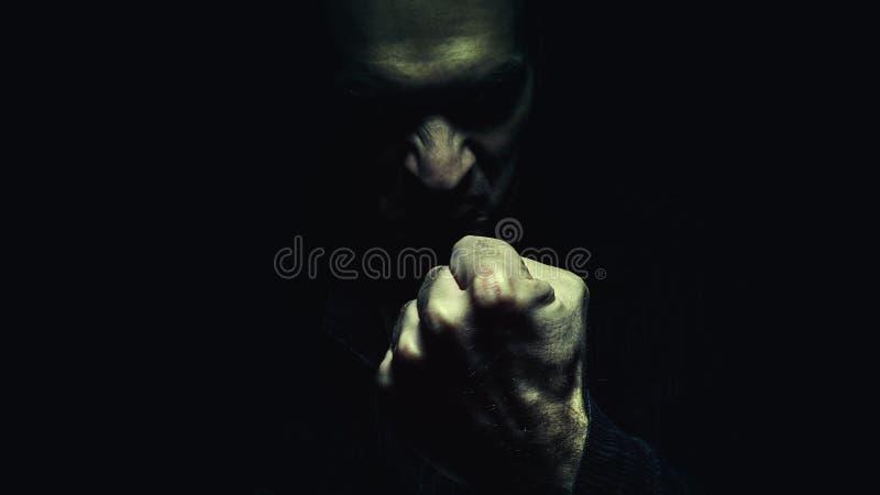 Злий человек с кулаком стоковая фотография rf