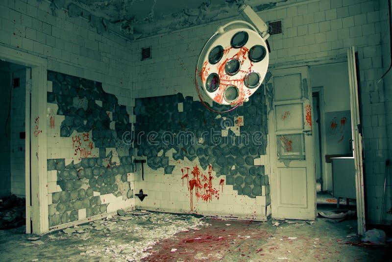 Зловещая и страшная покинутая операционная в больнице стоковые изображения