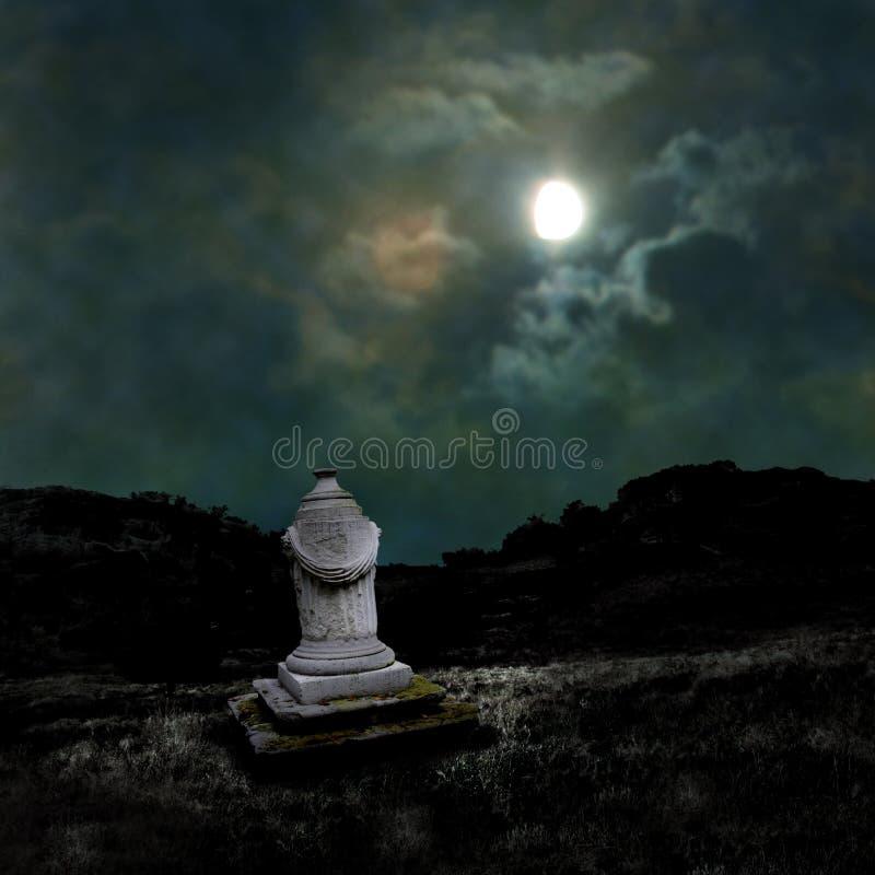 Download Зловещая темная ноча в тусклом лунном свете Иллюстрация штока - иллюстрации насчитывающей холм, карточка: 33739020