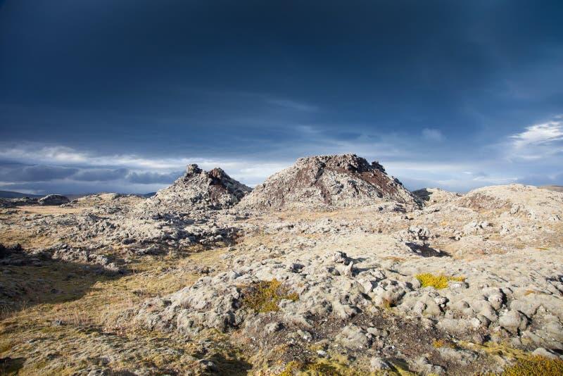 Зловещее небо над unearthly ландшафтом в Исландии стоковые изображения