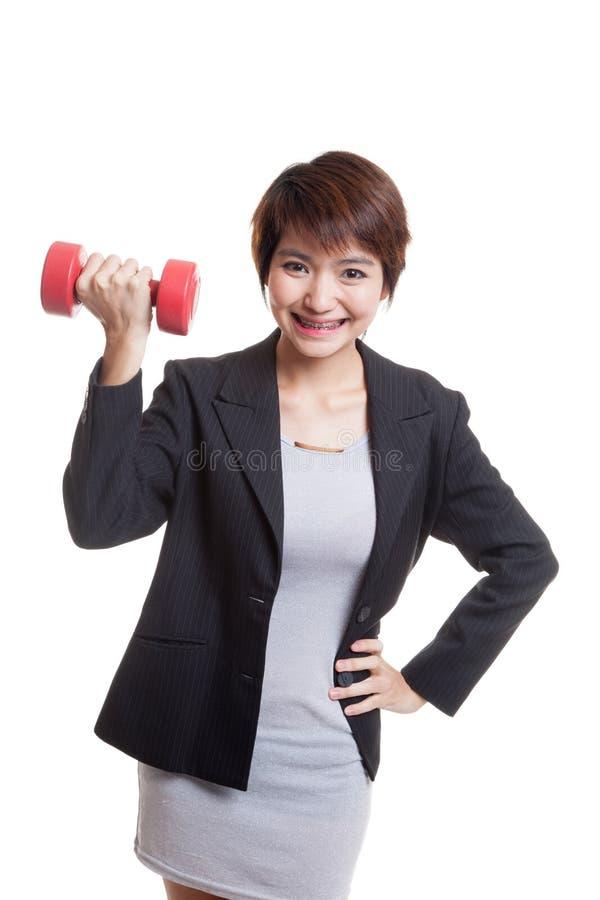 Download Здоровая азиатская бизнес-леди с гантелями Стоковое Фото - изображение насчитывающей студия, изолировано: 81812110