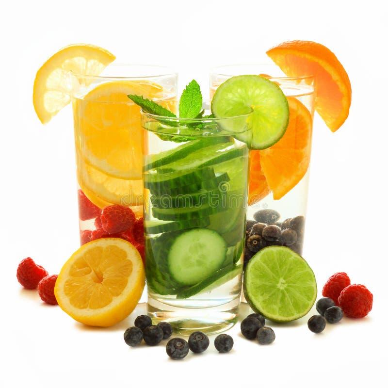 Здоровая вода вытрезвителя с свежими фруктами над белизной стоковые фотографии rf