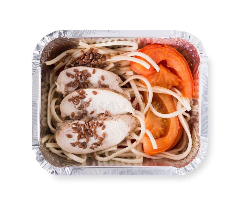 Здоровая еда в коробках, концепция диеты Макаронные изделия твердой пшеницы, испаренный индюк, свежие овощи и семена льна стоковая фотография rf
