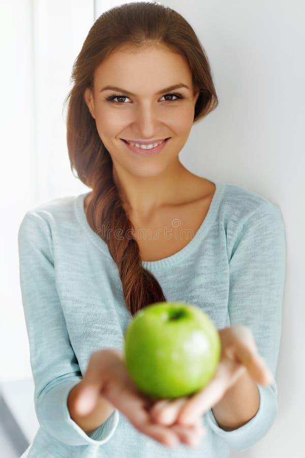 Здоровая еда, есть, образ жизни, концепция диеты Женщина с Apple стоковые фотографии rf