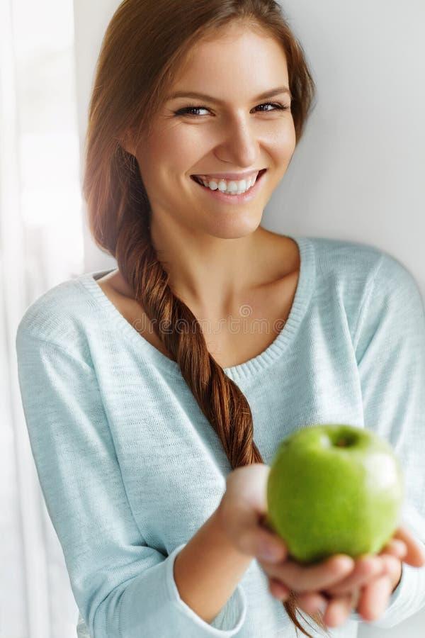 Здоровая еда, есть, образ жизни, концепция диеты Женщина с Apple стоковая фотография rf