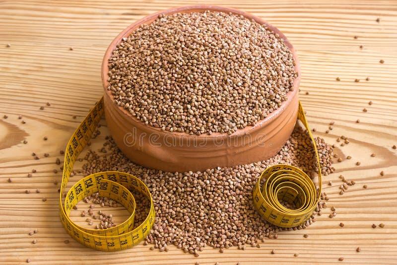 Здоровая еда, диета, концепция - потеря веса Гречиха в cera стоковое фото rf