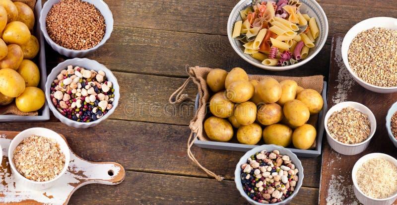 Здоровая еда: Самые лучшие источники карбюраторов на деревенском деревянном backgroun стоковое фото