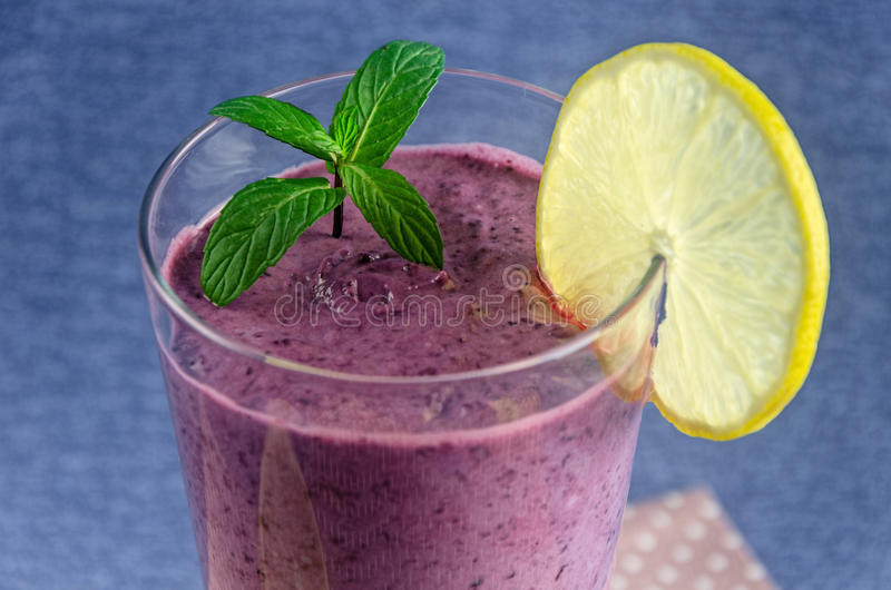 Здоровая еда, свежие smoothies от смородин и голубики с лимоном стоковое фото