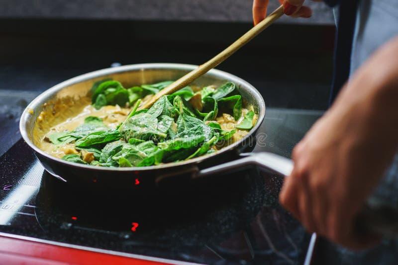 Здоровая еда, этапы варить вегетарианские макаронные изделия с грибами и овощами сфокусируйте мягко стоковое изображение