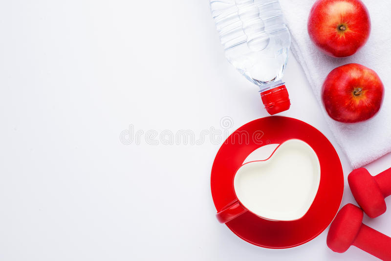 Здоровая еда, dieting, уменьшающ и весит концепцию потери - близкую вверх бумаги плана диеты с зеленым яблоком, измеряя лентой и  стоковые фотографии rf