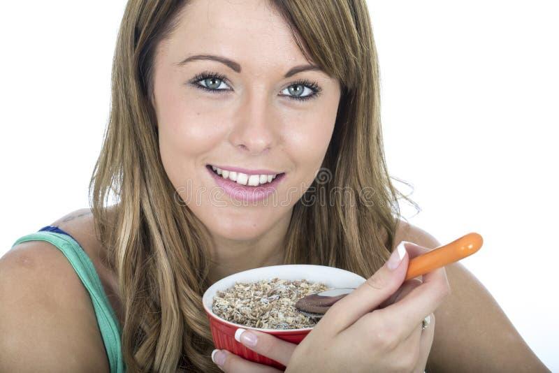 Здоровая еда Muesli молодой женщины стоковые изображения rf