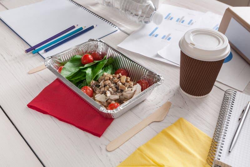 Здоровая закуска бизнес-ланча в офисе, vegetable салате стоковая фотография