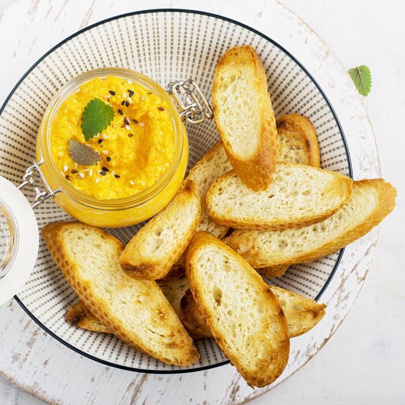 Здоровая закуска на пикнике: сочное пряное погружение моркови с хрустящими кусками хлеба на гриле на светлой предпосылке top стоковые фото