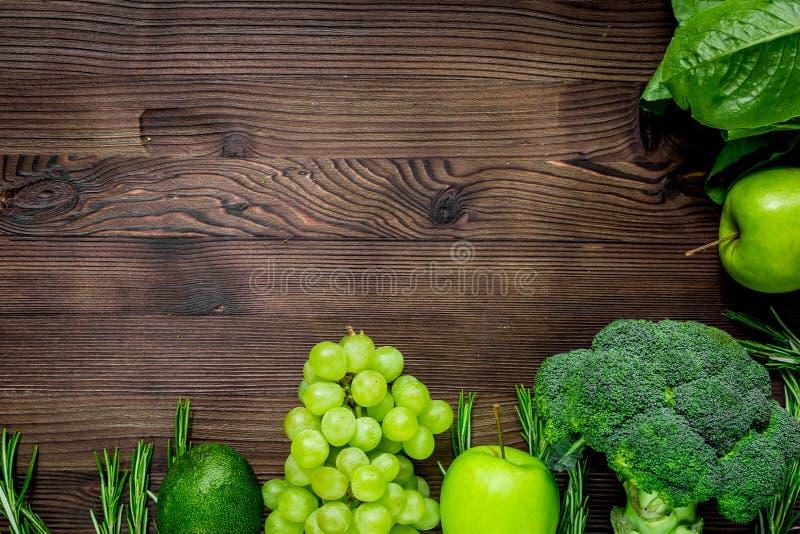 Здоровая зеленая еда с свежими овощами на насмешке взгляд сверху предпосылки деревянного стола вверх стоковые фото