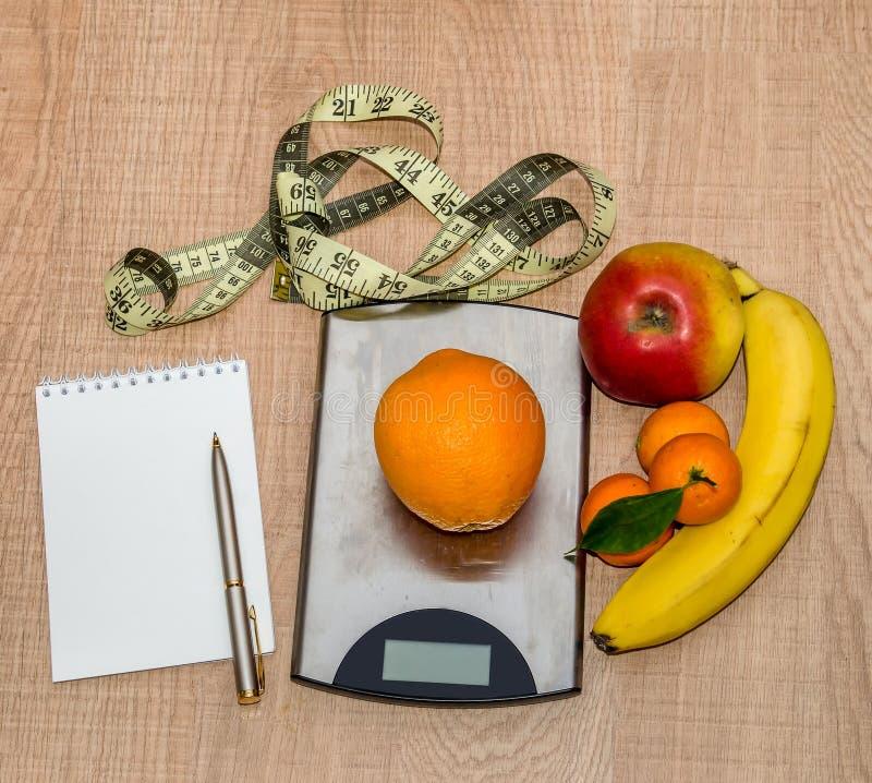 Здоровая концепция еды, потеря веса с плодоовощ на деревянном столе, пустом стоковые фото