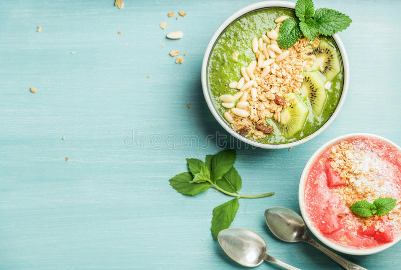Здоровая концепция завтрака лета Красочные шары smoothie плодоовощ на предпосылке сини бирюзы стоковые изображения rf