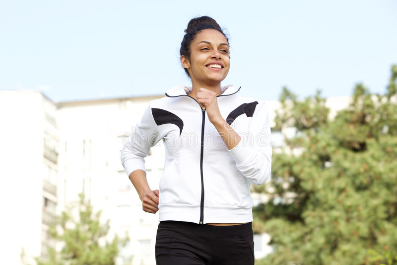 Здоровая молодая женщина бежать outdoors в городе стоковые фотографии rf