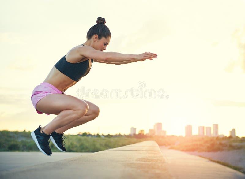 Здоровая молодая женщина пригонки делая тренировки crossfit стоковые изображения rf