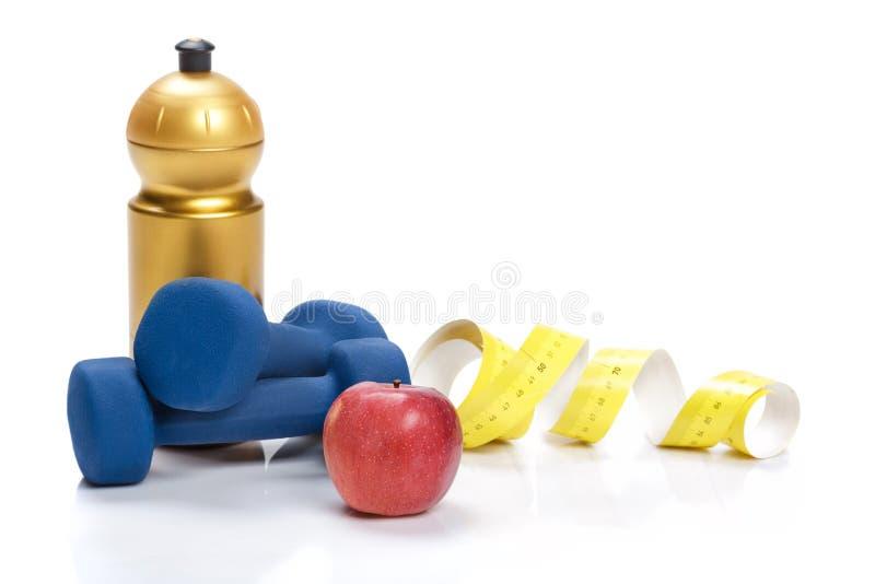 Здоровая потеря еды, диеты и веса гантели, вода яблока стоковая фотография rf