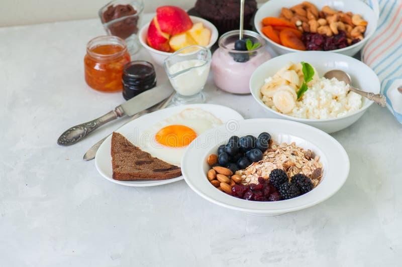 здоровая принципиальная схема завтрака Домодельное muesli granola с blackb стоковые фото